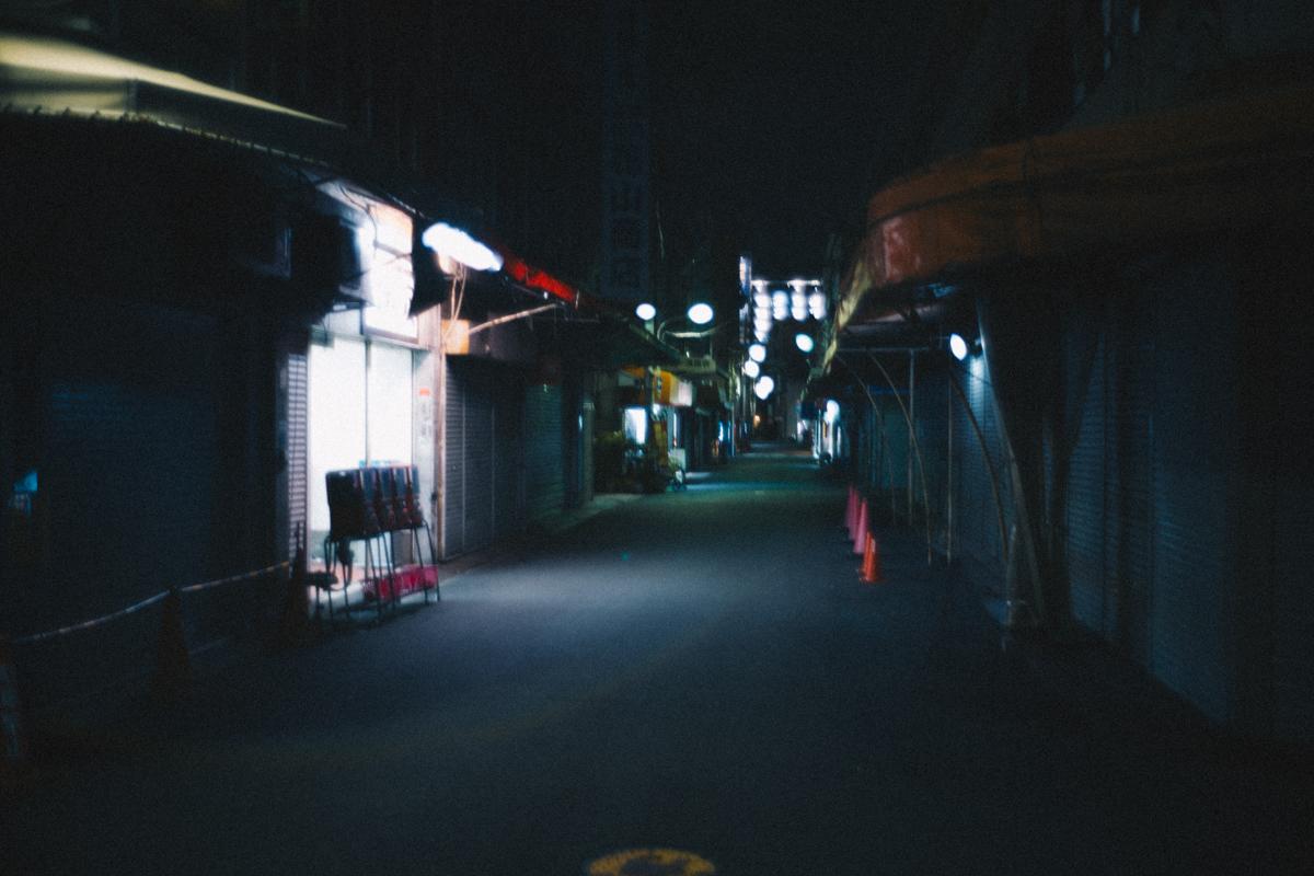 日本橋の裏路地はシャッターが下りていた|Leica M10 + Summilux 35mm f1.4