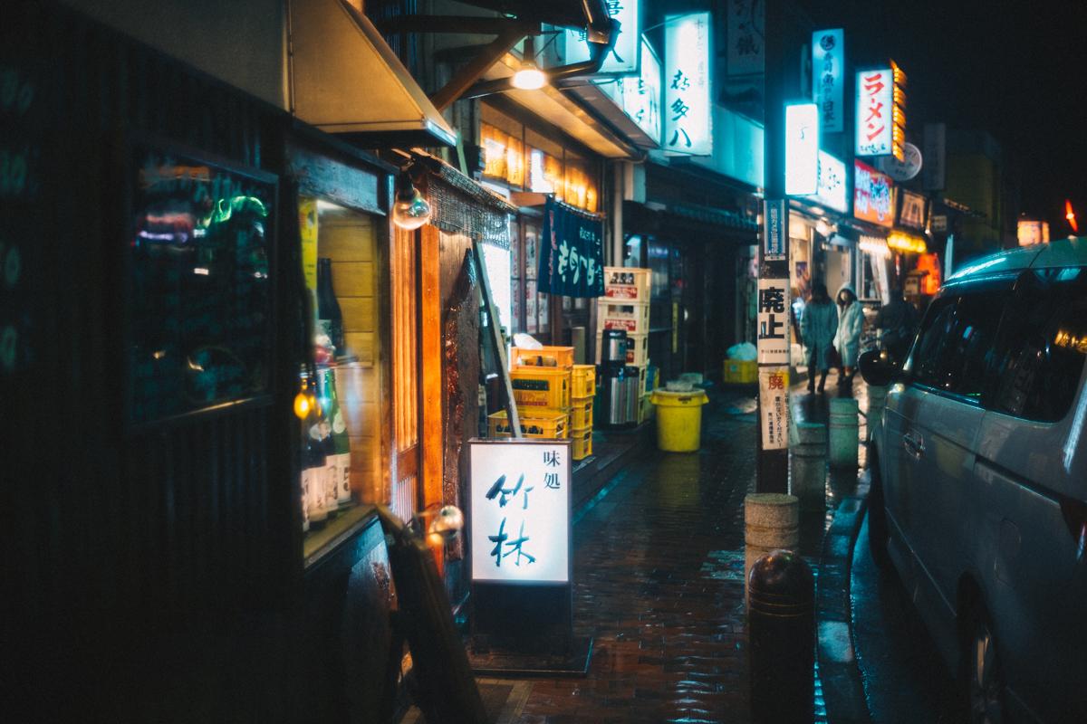 西日暮里の駅前にある小さな飲み屋街|Leica M10 + Summilux 35mm f1.4