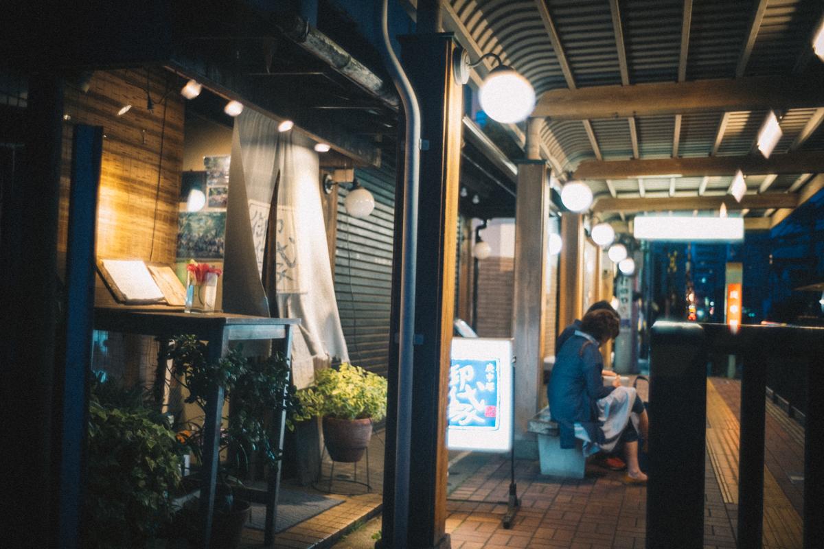 都電荒川線の駅のホームに飲み屋が(@_@;)|Leica M10 + Summilux 35mm f1.4