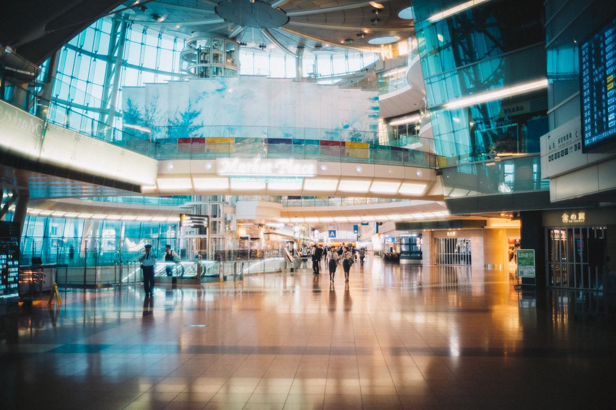 朝5時でも人でいっぱいな羽田空港|Leica M10 + Summilux 35mm f1.4