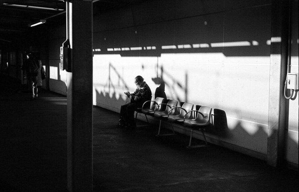 夕暮れに染まるプラットフォーム|Leica M3 + C Sonnar T* 1.5/50 ZM + FKodak TRI-X 400