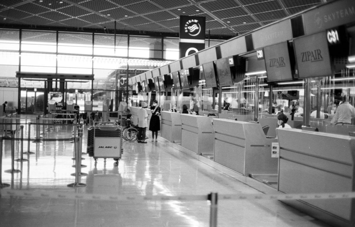 成田空港の人出は少ない|Leica M3 + C Sonnar T* 1.5/50 ZM + ILFORD HP5 PLUS