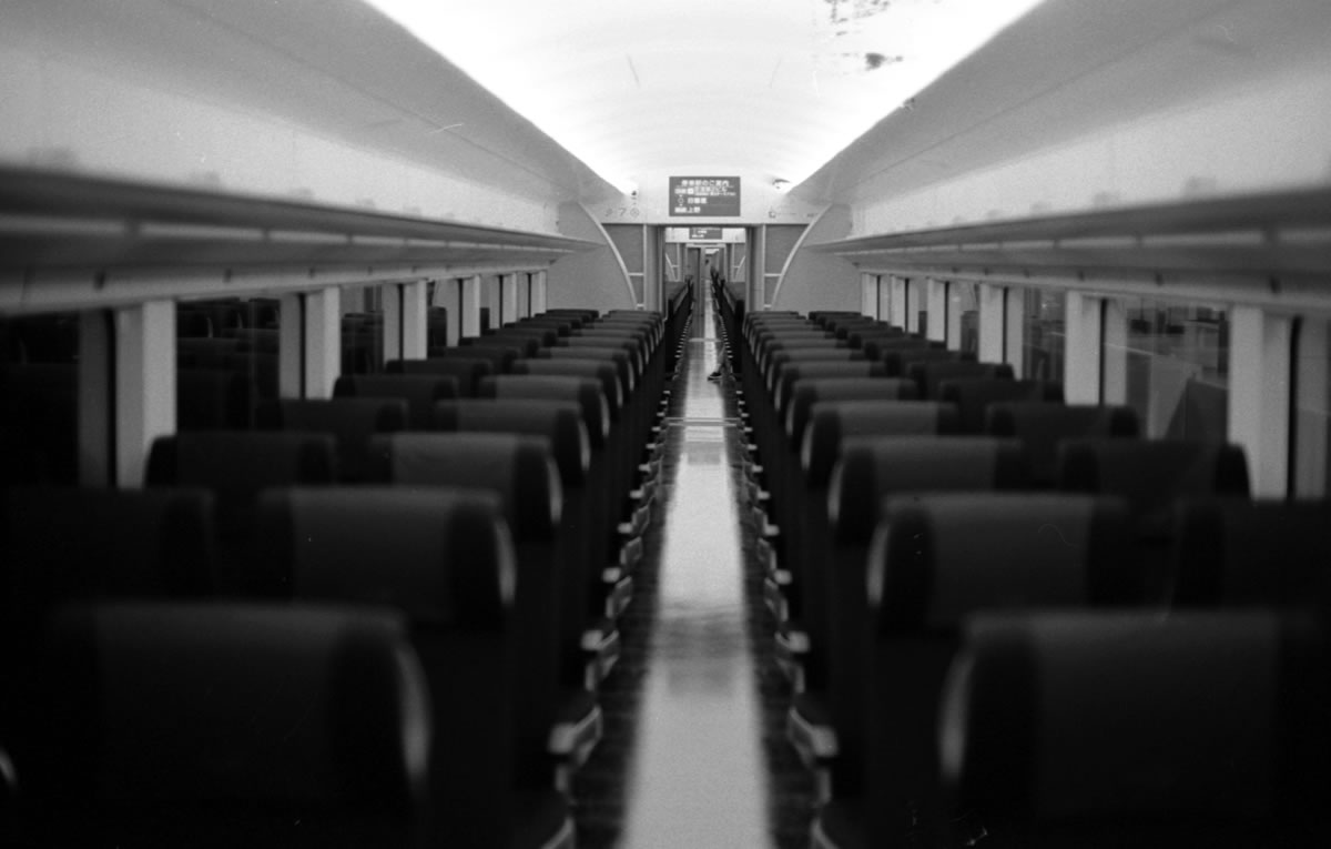 乗客がほぼいない京急スカイライナー|Leica M3 + C Sonnar T* 1.5/50 ZM + ILFORD HP5 PLUS