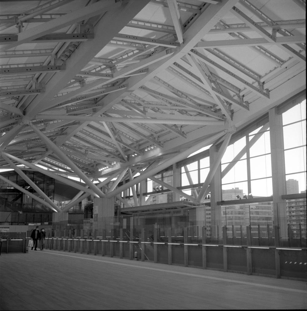 木目が美しい高輪ゲートウェイ駅の構内 ROLLEIFLEX 2.8F + ILFORD HP5 PLUS