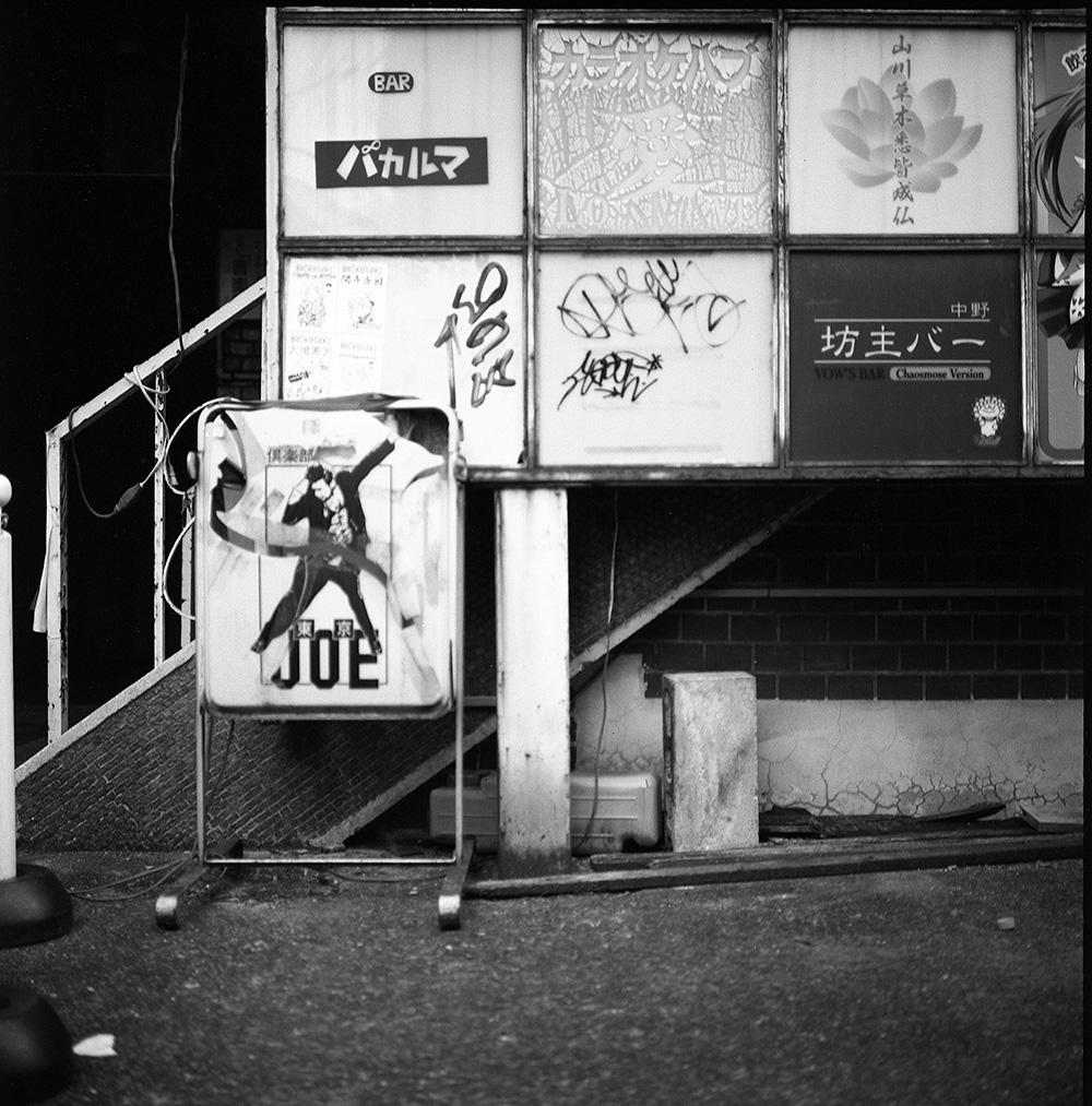 中野のアーケード街にて|ROLLEIFLEX 2.8F + CatLABS X FILM 80